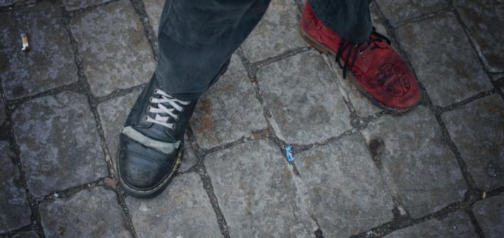 En rød sko, en sort sko og en lånt gitar