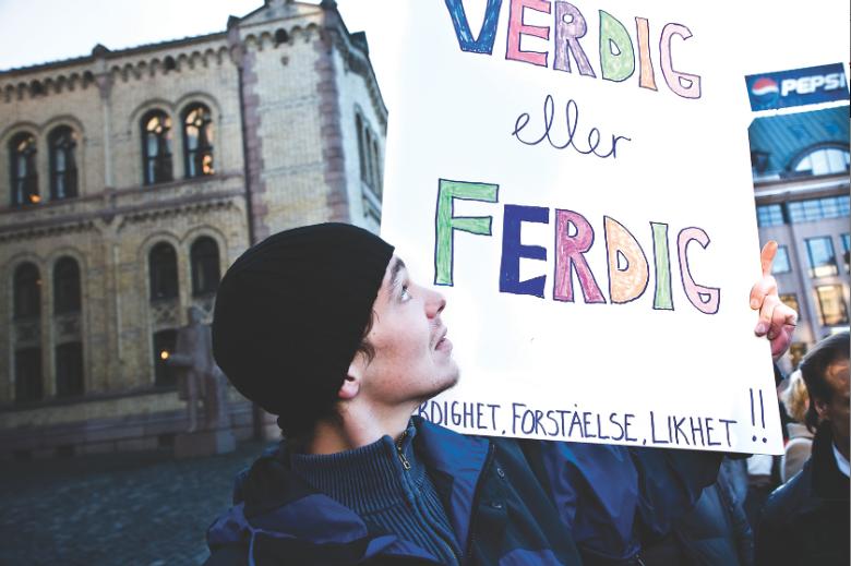 Rusavhengige demonstrerer for verdig behandling (foto: Dimitri 2008)